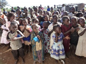 馬拉威農村裡的孩子等著領餐