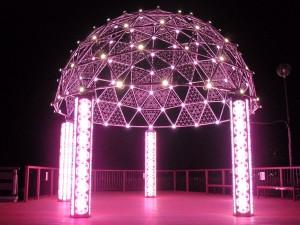 """「竹燈祭」主燈「曼陀羅」閃耀夜空,展現""""光之城""""阿南市的百變魅力。"""