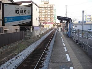 """像""""昭和町""""這樣的無人車站,已經成為四國JR的主流,不但沒有站務人員,就連斑駁的告示牌也因預算拮据,無法翻修。"""