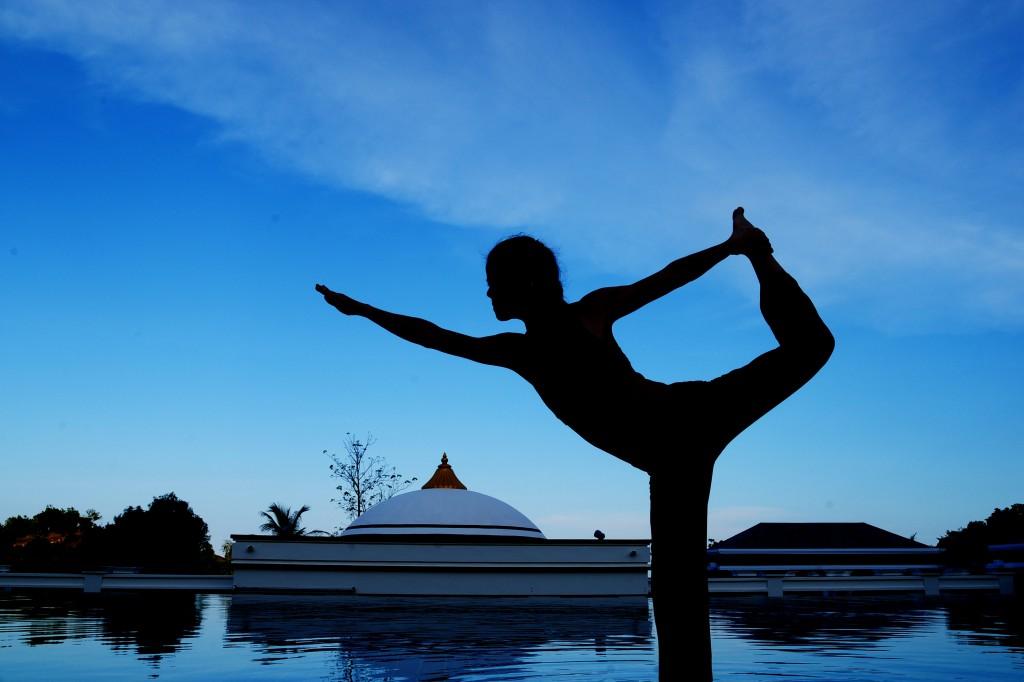 黃昏時分處在33度的熱瑜伽教室,流汗排毒