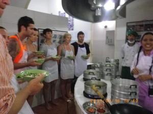 泰國政府計畫性輸出本土美食,鼓勵通過認證的廚師教授手藝,三小時學三道菜的速成泰菜班廣受歡迎