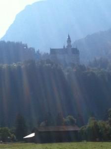 高聳在懸崖邊的新天鵝堡, 蓋了17年, 只完成14個房間