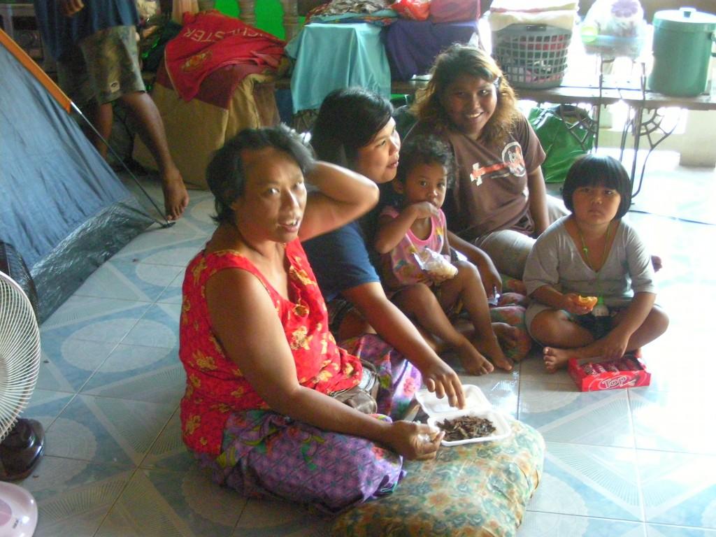 泰國人和善好說話 臉上的笑在水淹3米深的家園旁 讓人心疼
