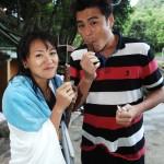 連靜雯(左)及劉至翰(右)拍攝完跳水及口對口傳氣鏡頭之後,吃巧克力補充熱量